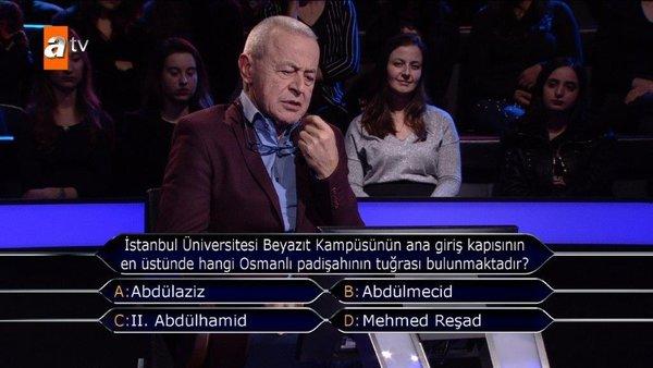 İstanbul Üniversitesi Beyazıt Kampüsünün ana giriş kapısının en üstünde hangi Osmanlı Padişahının tuğrası bulunmaktadır?