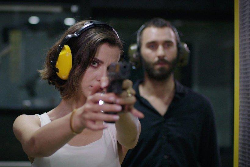 Bu sahneler ateş ediyor! Baş Belası'nda İpek silah eğitimi alıyor