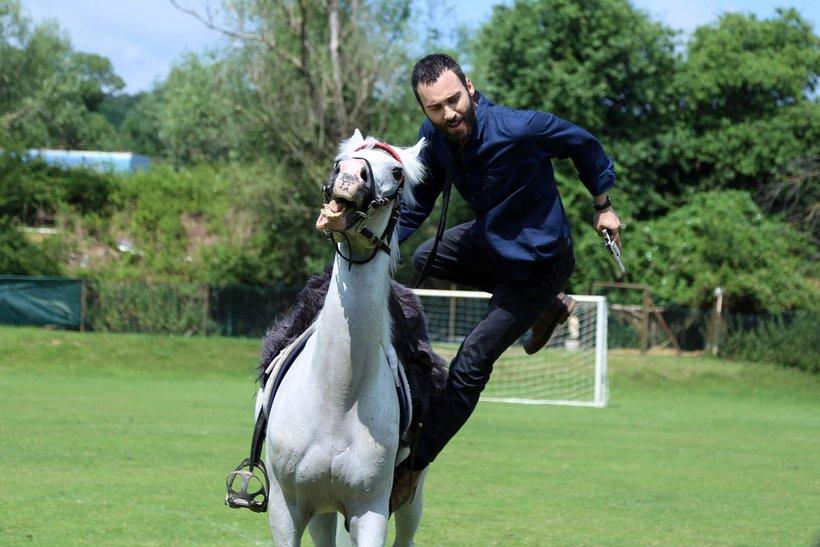 Başkomiser Şahin, suçluları at üstünde kovaladı