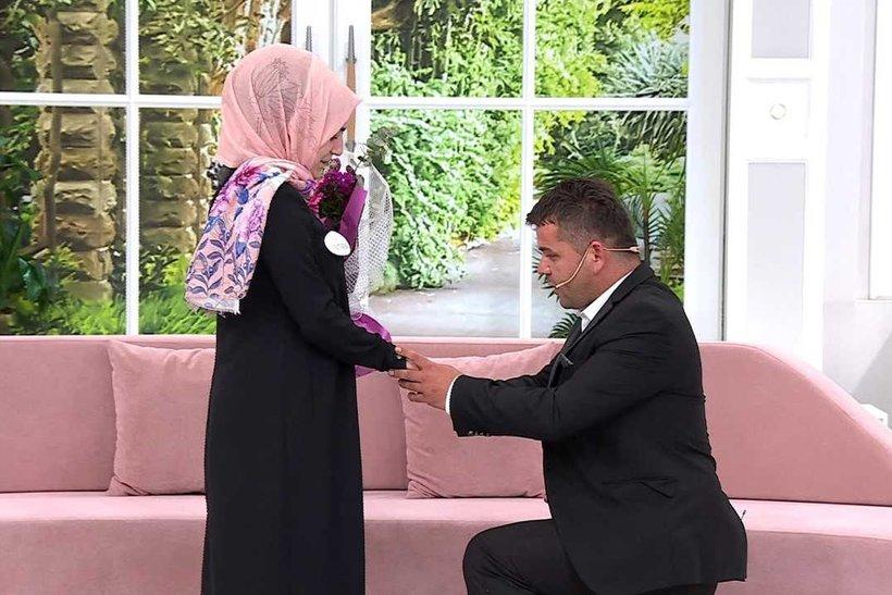 11 Mayıs Esra Erol stüdyolarında romantik anlar! Arif'ten Muteber'e evlenme teklifi